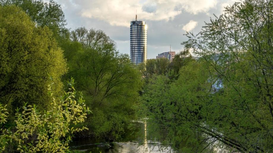 Frühlingshafter Blick über das Saaleufer zum JenTower © JenaKultur, Foto: Christian Häcker