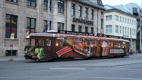 Partybahn Jena - Mit einer Straßenbahn als fahrende Kneipe die Lichtstadt Jena von einer anderen Seite kennenlernen © Jenaer Nahverkehr, Foto: Ronny Dauer