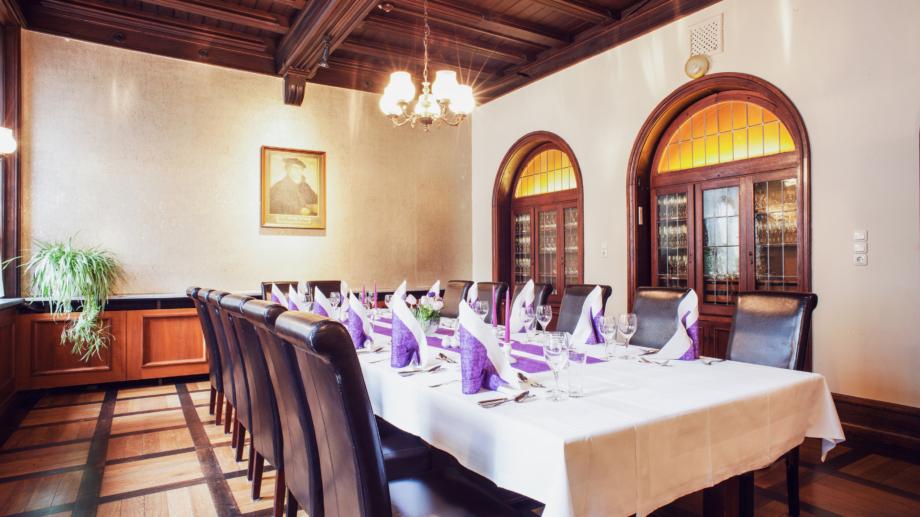 Speisen wie zu Luthers Zeiten: Festlich gedeckte Tafel im Lutherzimmer © Hotel Schwarzer Bär, Foto: Arlene Knipper
