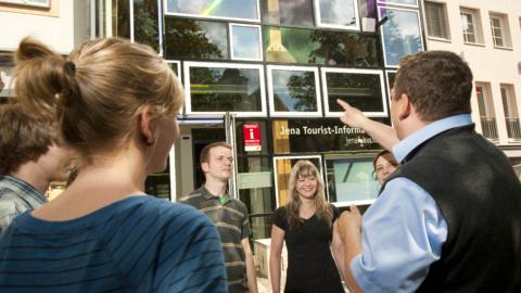 Gruppe lässt sich vom Stadtführer die Jena Tourist-Information Jena zeigen © JenaKultur, Foto: Andreas Hub