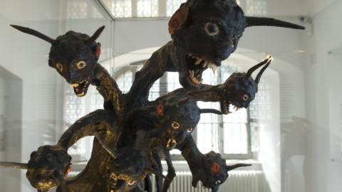 Skulptur des Siebenköpfigen Drachen im Stadtmuseum Jena - Die Sieben Wunder Jenas