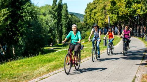 Gruppe bei einer Entdeckungstour mit demRad durch den Paradiespark Jena
