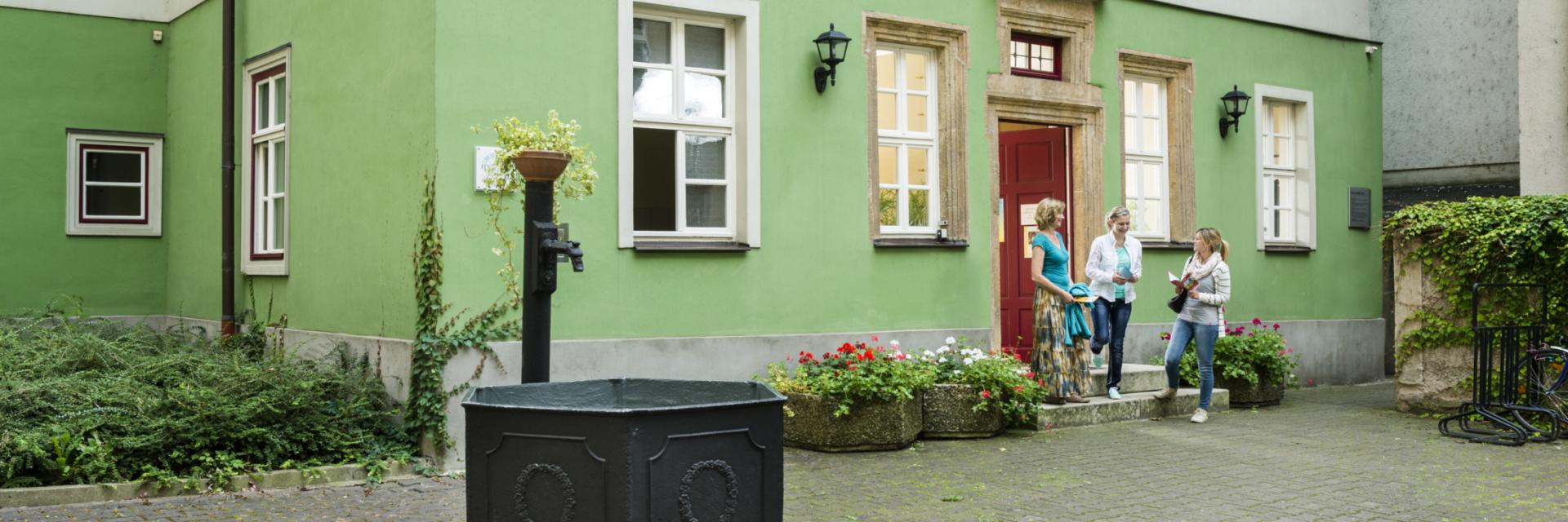 Frühromantiker in Jena / Gäste verlassen glücklich das Romantikerhaus in Jena © JenaKultur, Foto: Andreas Hub