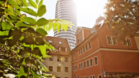 Blick aufs Accouchierhaus mit JenTower im Hintergrund - Medizingeschichte in Jena © JenaKultur, Foto: Jens Hauspurg