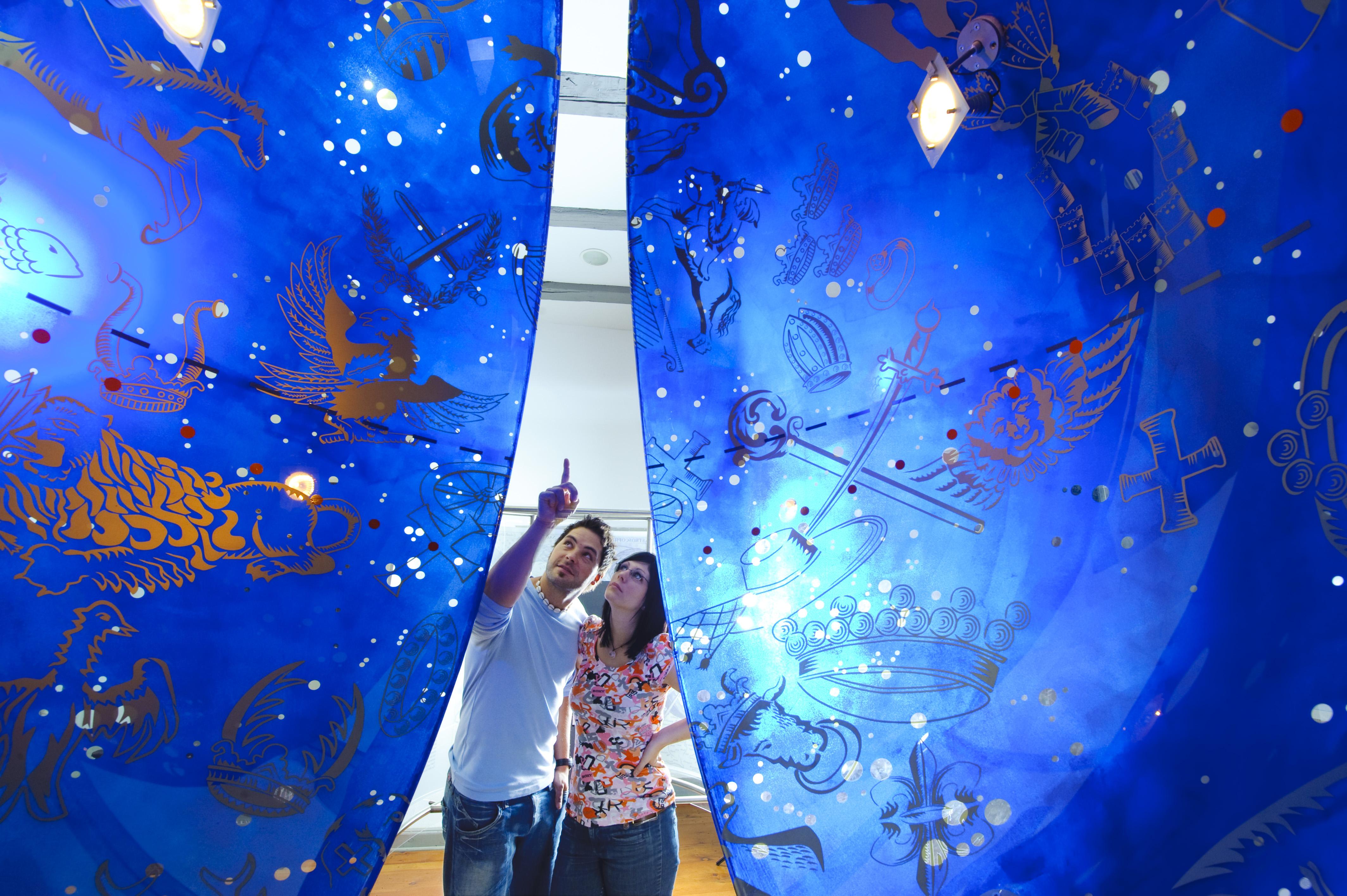 Besucher erkunden die Weigelsche Himmelskugel im Stadtmuseum