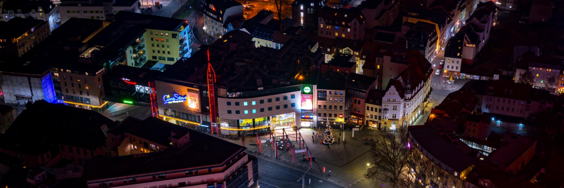 Die Innenstadt Jenas mit Holzmarkt bei Nacht - Inspiration für MICE Stories © JenaKultur, Foto: Christian Häcker