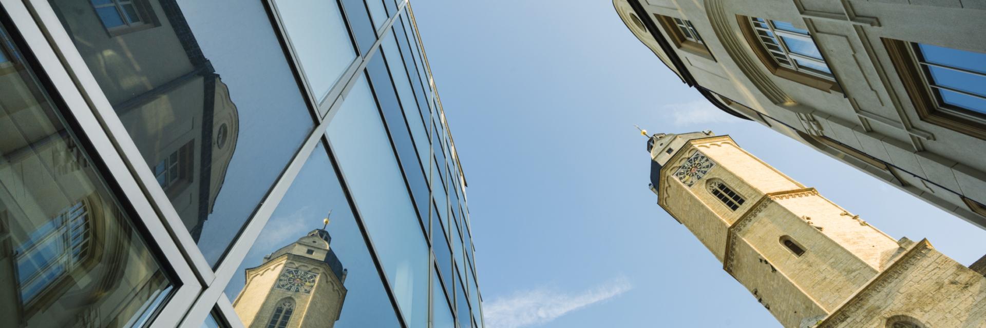 Himmelsblick auf Jenaer Gebäude und dem Turm der Stadtkirche St. Michael - Rahmenprogramme in Jena © JenaKultur, Foto: Andreas Hub