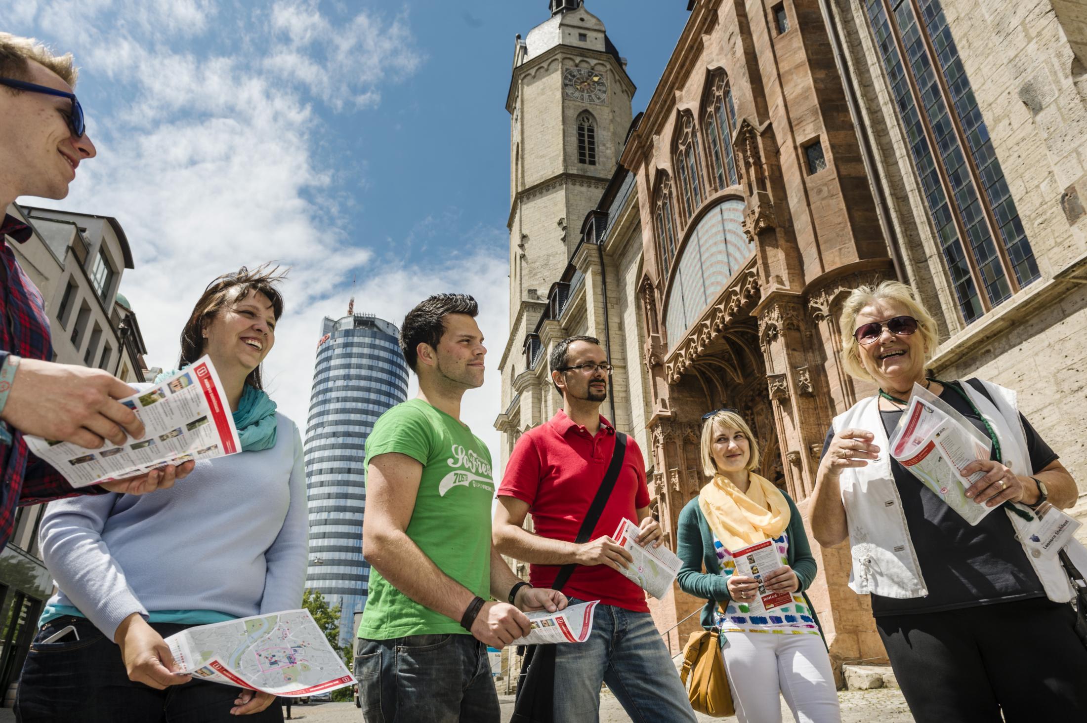 Besucher bei einer Stadtführung vor der Stadtkirche St. Michael