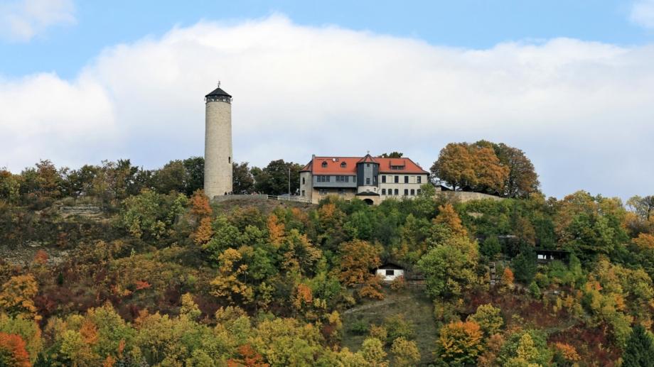 Blick auf Berg mit Fuchsturm und Gaststätte © Gaststätte Fuchsturm, Foto: Ilona Hoffmann