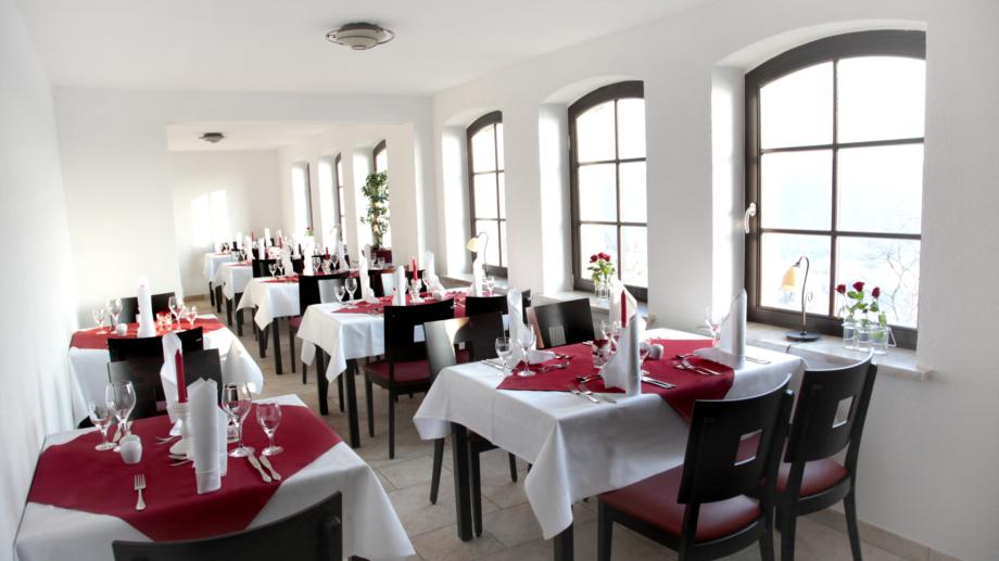Großer Saal mit Tischgruppen in der Gaststätte Fuchsturm © Gaststätte Fuchsturm, Foto: Gaststätte Fuchsturm
