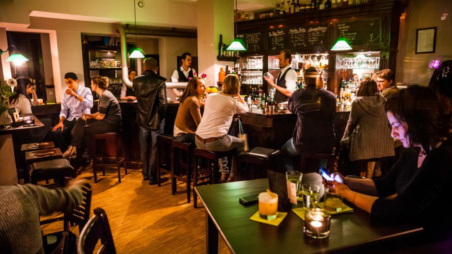Innenraum der Weintanne mit Gästen an der Bar und an Tischen © Weintanne Gasthaus & Bar, Foto: Sebastian Reuter