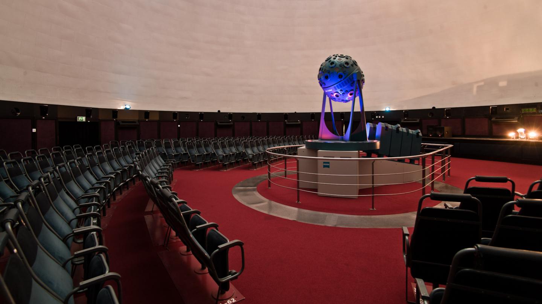 Carl Zeiss Projektor im leeren Zeiss-Planetarium Jena mit Sitzreihen © Stadt Jena, Foto: Jens Hauspurg