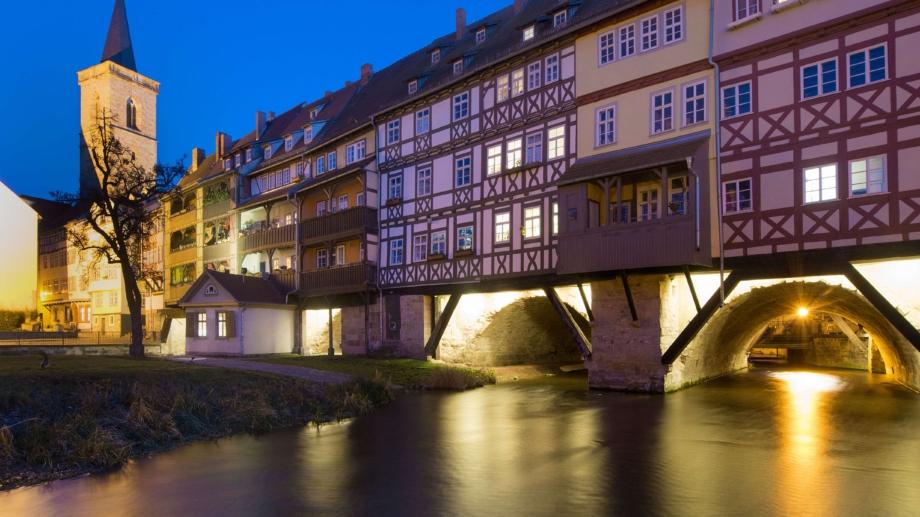 beleuchtete Krämerbrücke über der Gera bei Nacht