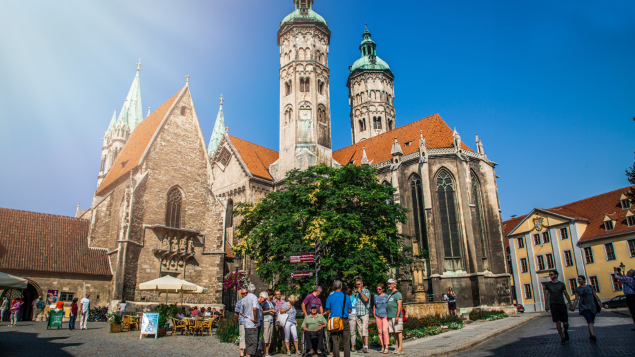 Reisegruppe vor dem Naumburger Dom - Tagen und Erkunden im Saale-Unstrut Gebiet © SUT, Foto: transmedial.de