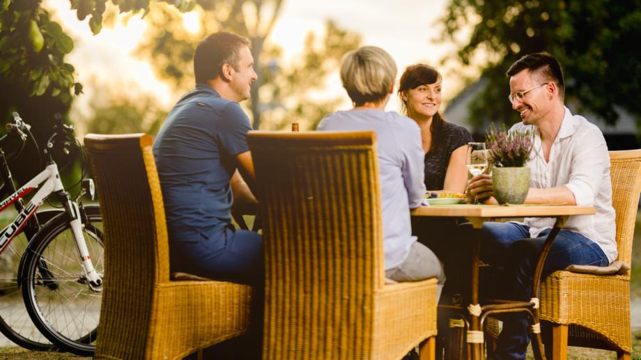 Wein trinkende Gruppe während der Pause ihrer Radtour im Gebiet Saale-Unstrut © SUT, Foto: transmedial.de