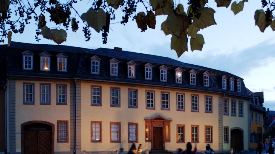 Das Goethehaus in Weimar am Abend