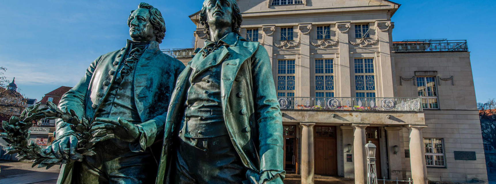 Goethe- und Schiller-Denkmal vor dem Deutschen Nationaltheater in Weimar