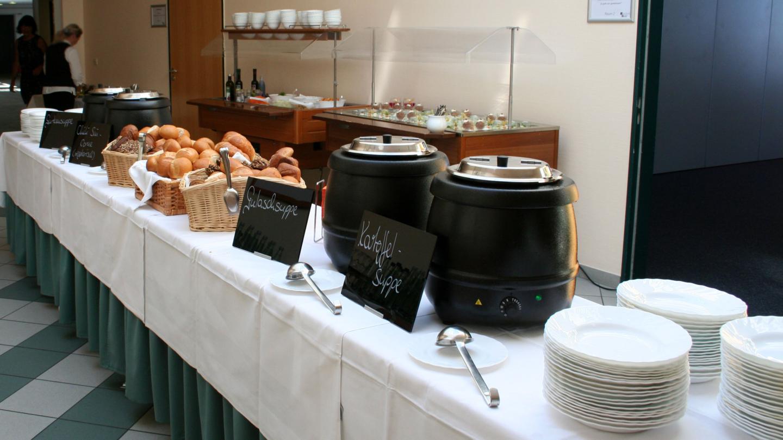 Buffet mit verschiedenen Suppen, Brot und Desserts