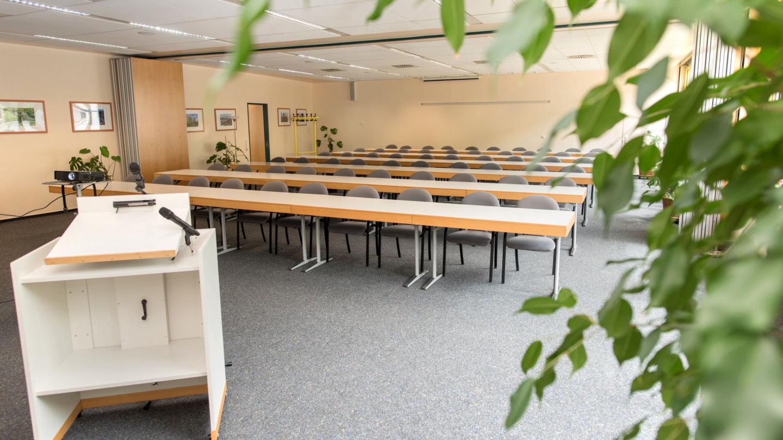 Tagungsraum in Parlamentarischer Bestuhlung, mit Beamer und Rednerpult