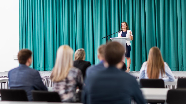 Rednerin auf der Bühne in der Aula der Ernst-Abbe-Hochschule © Ernst-Abbe Hochschule Foto: Sebastian Reuter