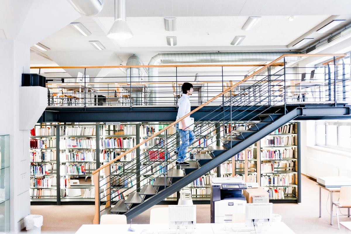 Student in der Bibliothek der Ernst-Abbe Hochschule Jena © Ernst-Abbe Hochschule Foto: Sebastian Reuter