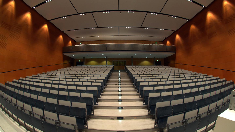 Campus am Ernst-Abbe-Platz: Größter Hörsaal der Friedrich-Schiller-Universität Jena ist der Hörsaal 1 - hier unbesetzt. © Friedrich-Schiller-Universität, Foto: Peter Scheere