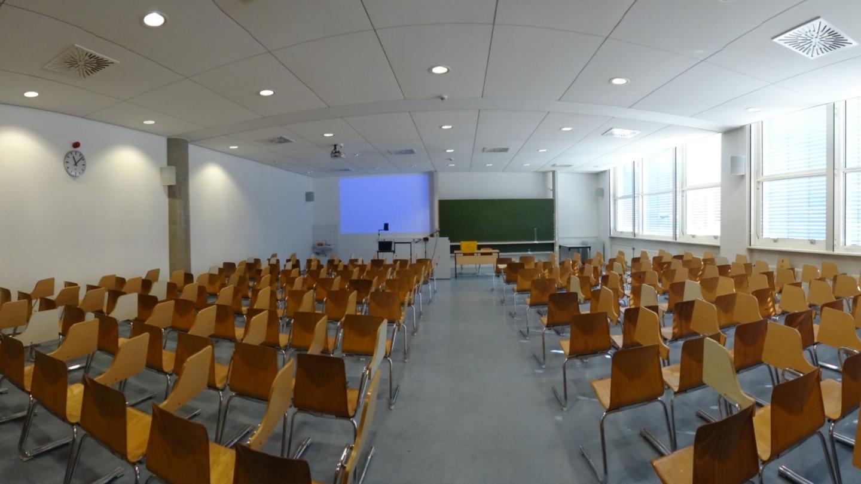 Friedrich-Schiller-Universität Jena: Hörsaal 5 mit Stühlen mit Schreibtablar © Friedrich-Schiller-Universität, Foto: Frank Blumenstein