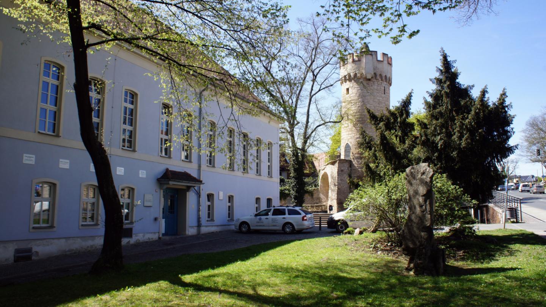 Sonnige Außenansicht der Rosensäle der Universität mit Blick zum Pulverturm Jenas © Friedrich-Schiller-Universität, Foto: Anna Günther