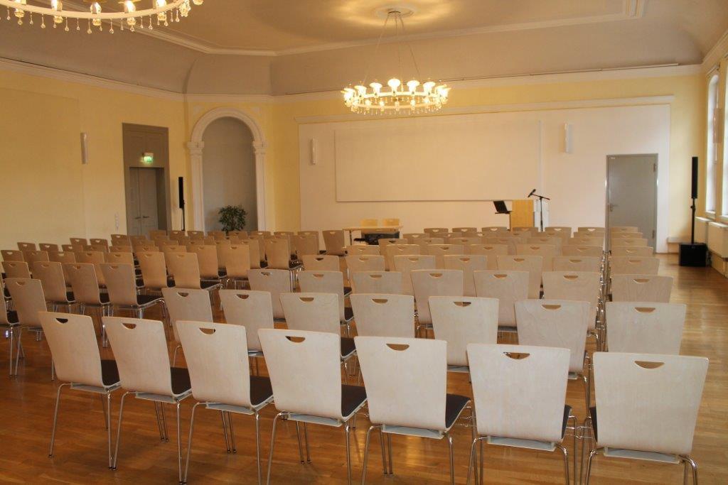Klassische Reihenbestuhlung im Rosensaal der Universität Jena © Friedrich-Schiller-Universität, Foto: Christian Berr