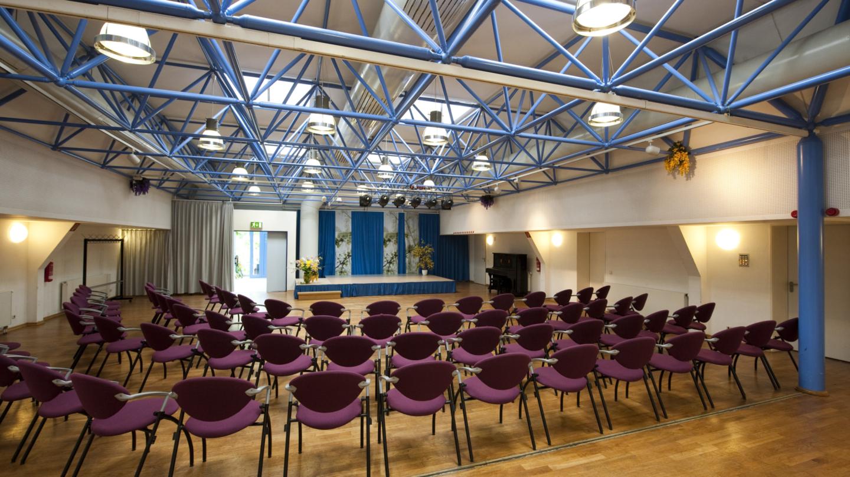 Saal mit Stuhlreihen und Blick zur Bühne © JenaKultur, Foto: Andreas Hub
