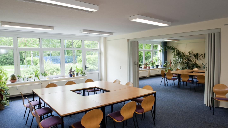 Tagungsraum des Stadtteilzentrums LISA mit Tischgruppen in O-Form © JenaKultur, Foto: Andreas Hub
