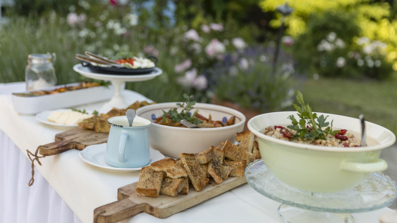 Rustikales Buffet mit geröstetem Brot und verschiedenen Salaten
