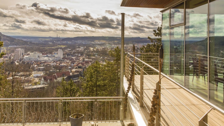 Balkon am Restaurant mit Blick auf Jena im Tal