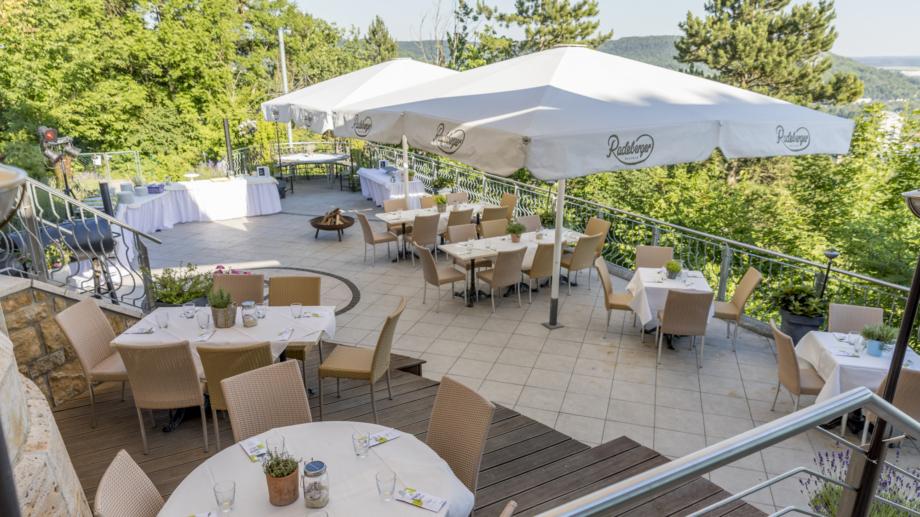 Terrasse des Restaurants bei Sonnenschein mit Blick auf das Tal © Landgrafen Restaurant, Foto: Jan Birkenbeil