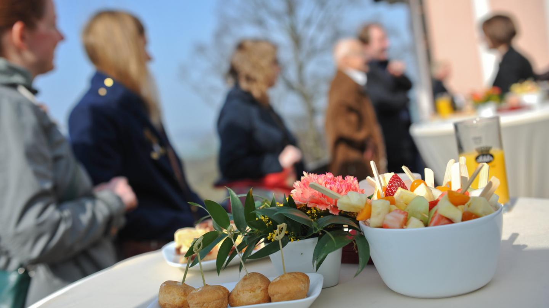 Tagungsgäste an Stehtischen mit verschiedem Fingerfood © Stiftung Leuchtenburg, Foto: Markus Scholz