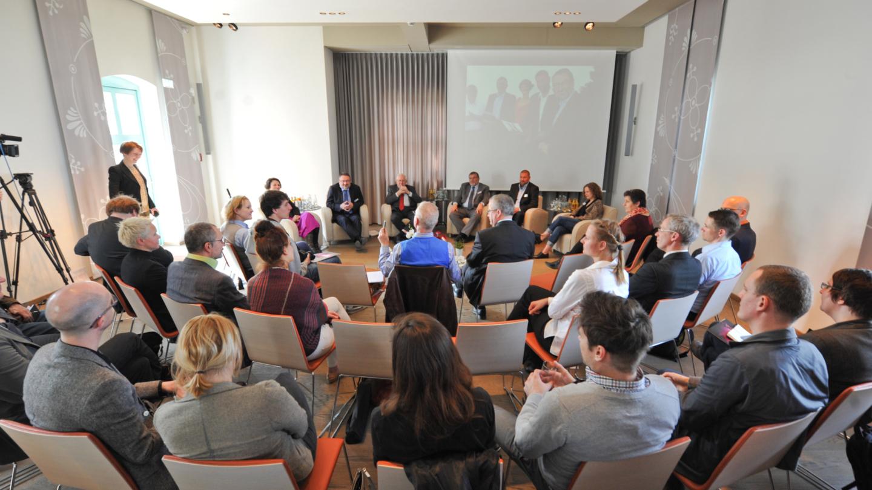 Tagung mit Podium aus sechs Personen in den Räumlichkeiten der Leuchtenburg © Stiftung Leuchtenburg, Foto: Markus Scholz