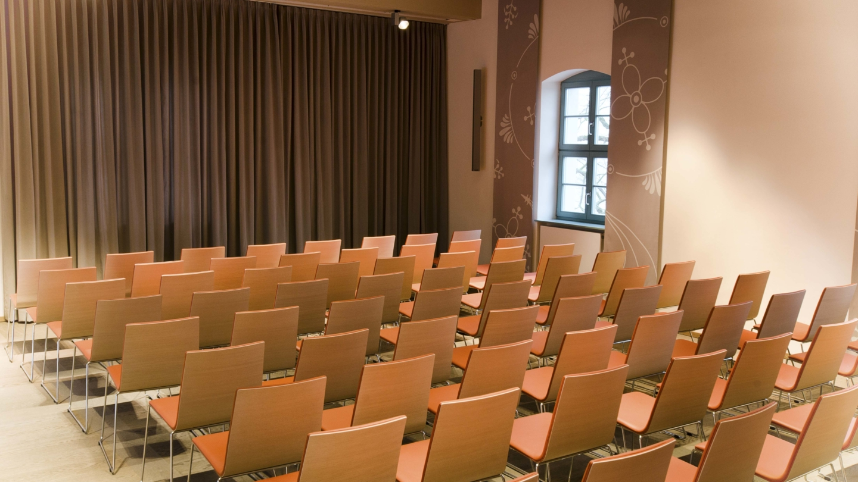 Für eine Veranstaltung vorbereiteter Torhausaal mit Stuhlreihen © Stiftung Leuchtenburg, Foto: Jens Kirsteln