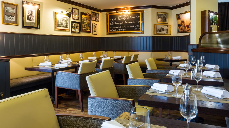 Restaurant Brooklyns mit Sitzecken, kleinen Tischgruppen und Bildern an den Wänden