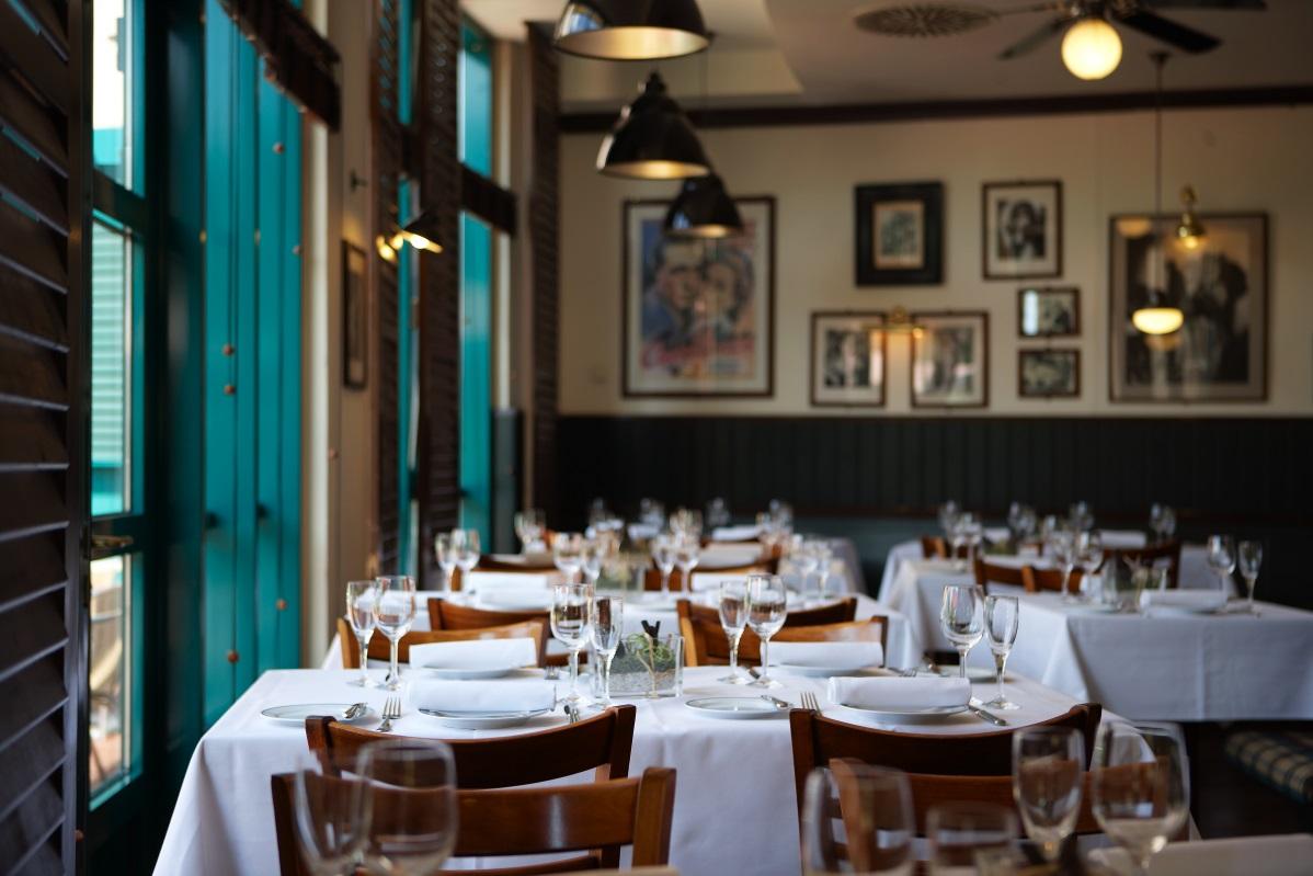 Restaurant Cassablanca mit eingedeckten Tischgruppen, Filmpostern und Vintage Deckenlampen