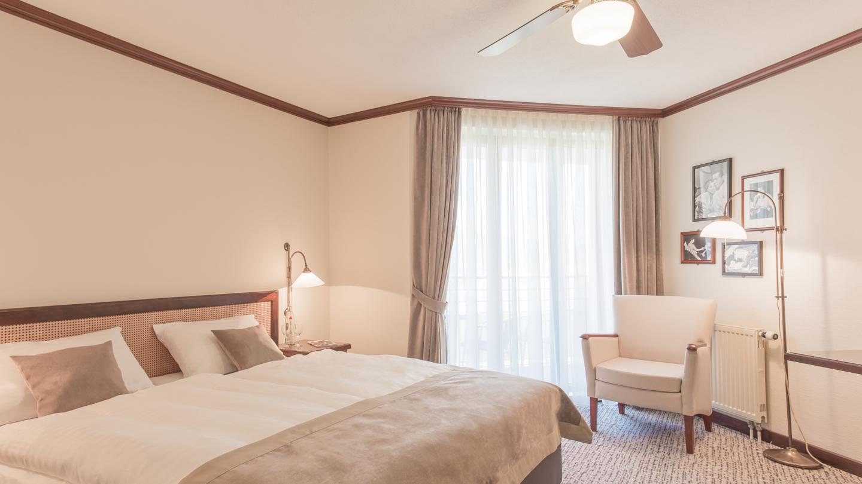 Doppelzimmer mit Sessel und Deckenventilator