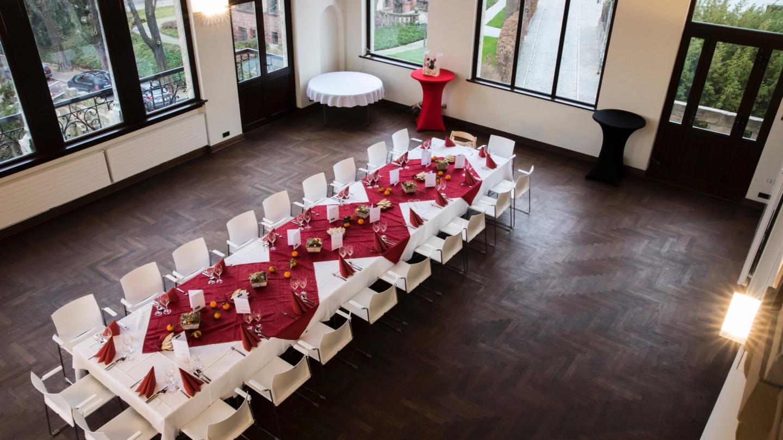 Feierlich gedeckte Tafel im Festsaal im Normannenhaus Jena © Normannenhaus, Foto: Dennis Kerzig
