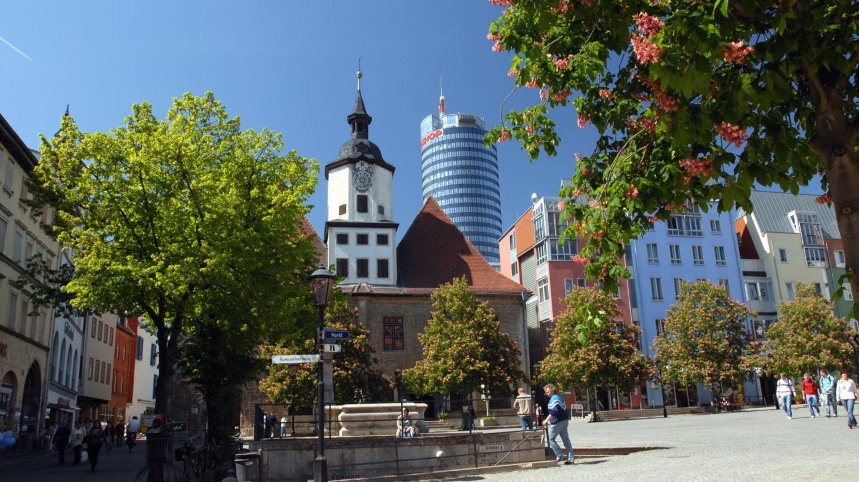 Das Rathaus und der Marktplatz vor ihm