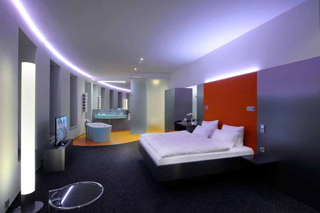 Juniorsuite mit Badewanne, Dusche, großem Spiegel, Doppelbett und Fernseher