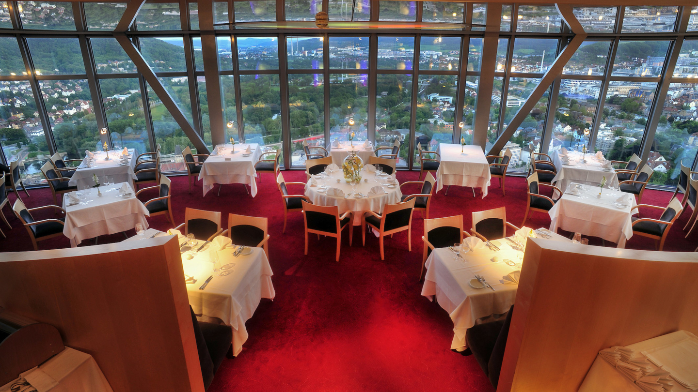 Eingedeckte Tische im Scala Reataurant mit Panoramablick auf Jena © Scala, Foto: Jürgen Scheere