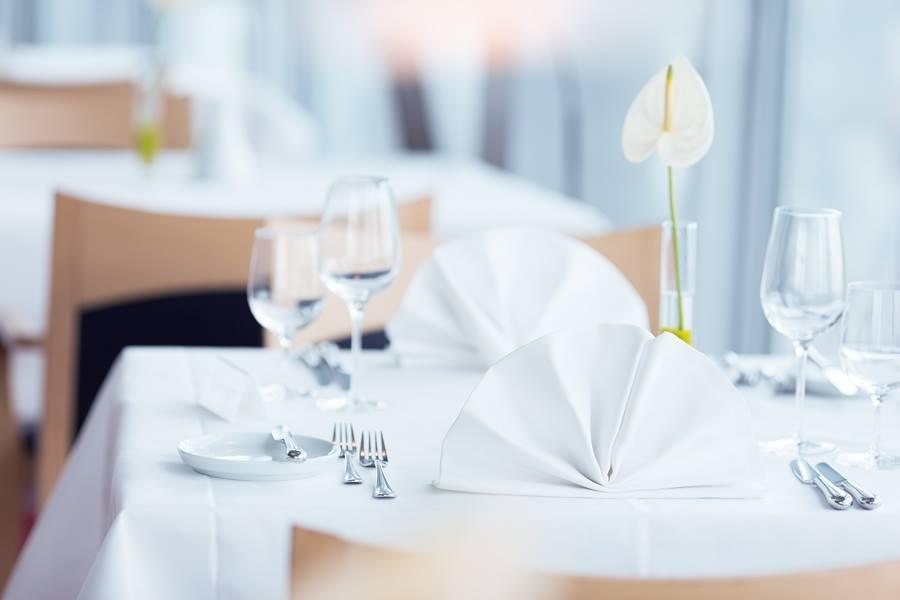 gedeckter Tisch in weißem Ambiente