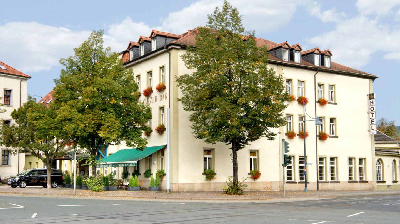 Bäume vor der Fassade des Hotels Schwarzer Bär