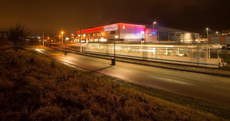 Lichtschweif der Straßenbahn vor der Sparkassen-Arena bei Nacht