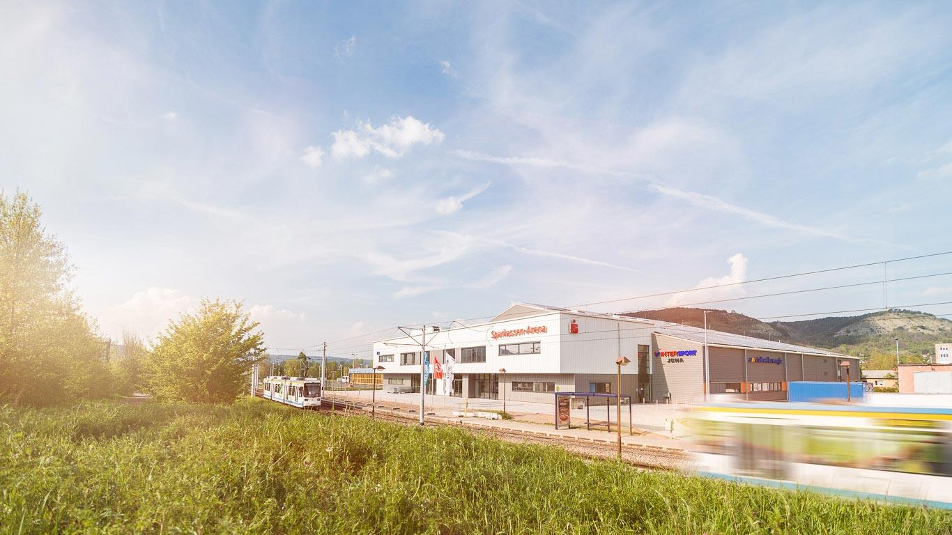 Straßenbahnen vor der Sparkassen-Arena Jena bei Tag