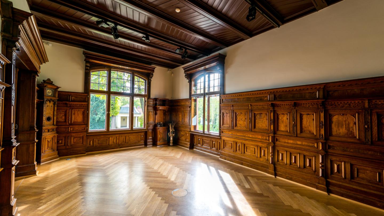 Der Salon, ehemaliges Herrenzimmer, mit originaler Eichenholzvertäfelung © JenaKultur, Foto: Christian Häcker