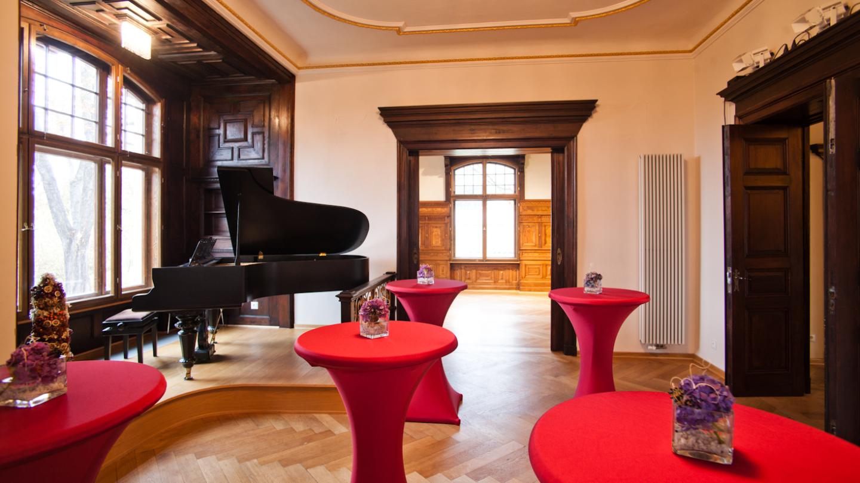 Das Musikzimmer mit verglaster Veranda und Stehtischen perfekt hergerichtet für einen Empfang © JenaKultur, Foto: Jens Hauspurg